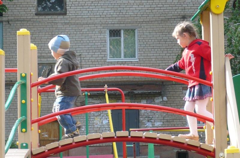 •    Для защиты детей от падения с оборудования, оборудуют перила и ограждения