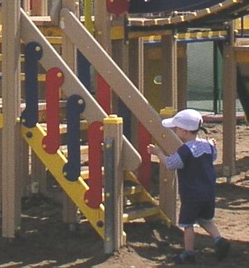 •    На лестницах, доступным детям младше трех лет, перила оборудуют, начиная с первой ступеньки